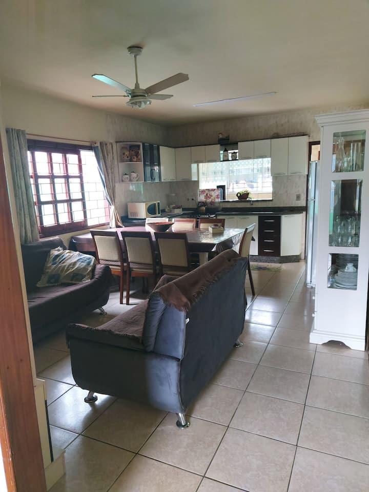 Casa inteira 3 quartos, ar, garagem, 1,6k da praia