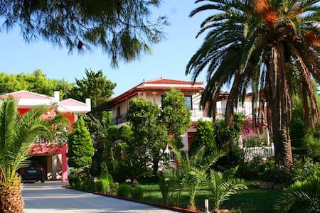 Villa με κήπο150 μ. από τη θάλασσα - Loutraki