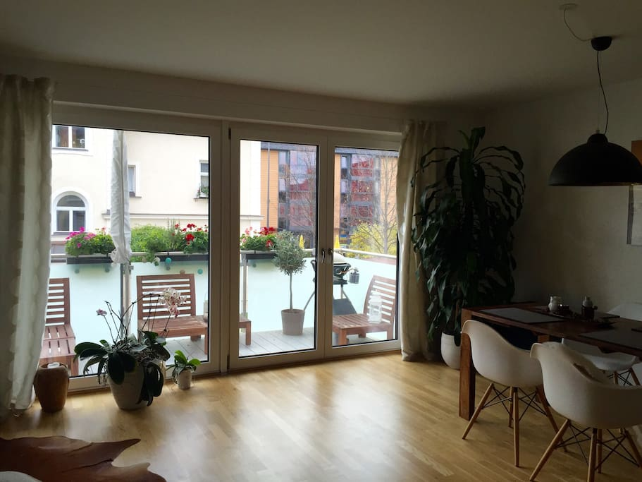 offener Wohnbereich mit großer Glasfront / open living room with large windows