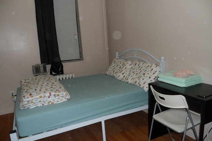 Large private rm with private shower - Queens - Pis