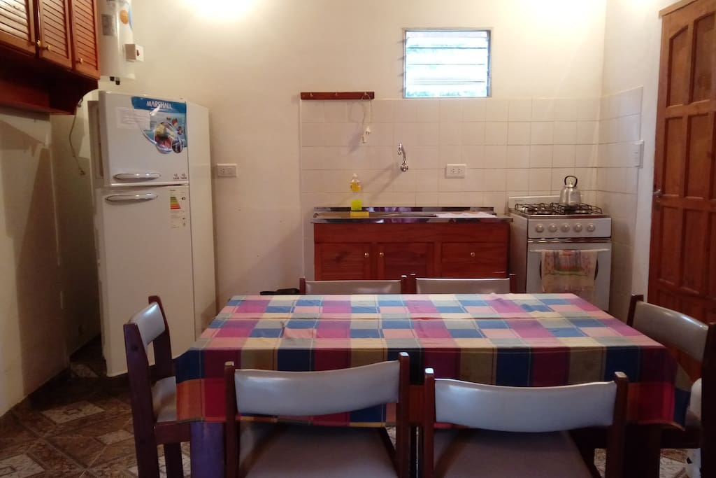 Casa de 2 dormitorios para 6 personas, living-cocina-comedor, baño, garage,   wifi. Centrico, a 2 cuadras de playa y costanera.