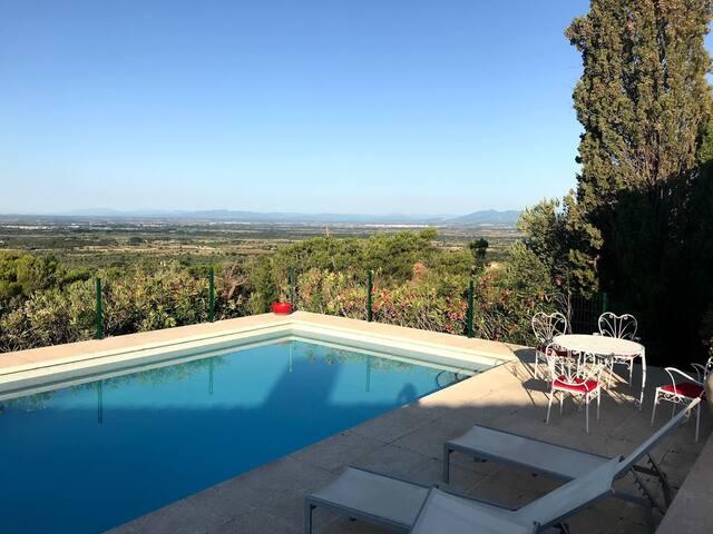 Lever du soleil sur la piscine, vue sur la plaine de l'Empurdan