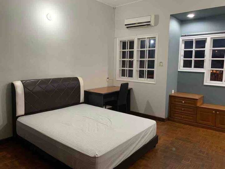 Private room Queen bed at Bandar Utama near One U