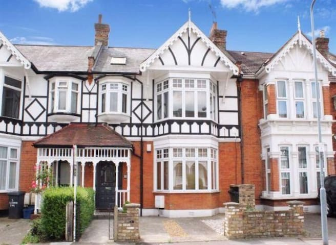 Beautiful London Flat (Parking / Garden / nr Tube) - Ilford - Daire