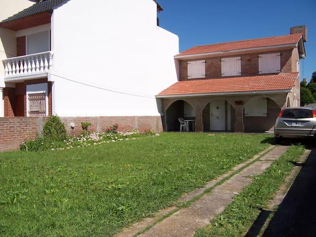 CHALET 1 CUADRA PLAYA Y 1 CUADRA CENTRO. - Santa Clara del Mar - Hytte (i sveitsisk stil)