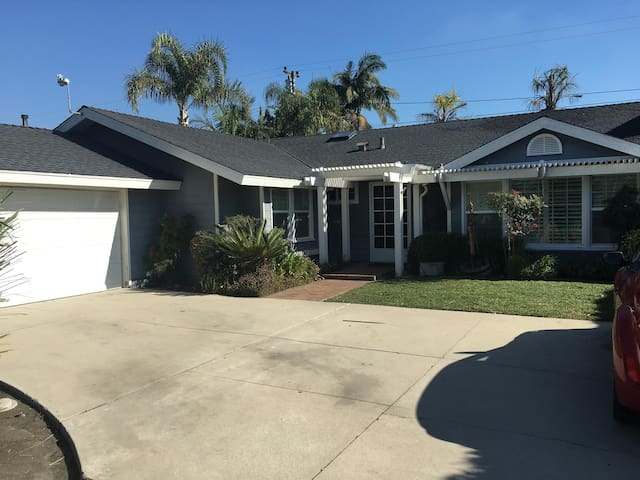 Newly renovated home in beautiful neighborhood - Los Alamitos - House