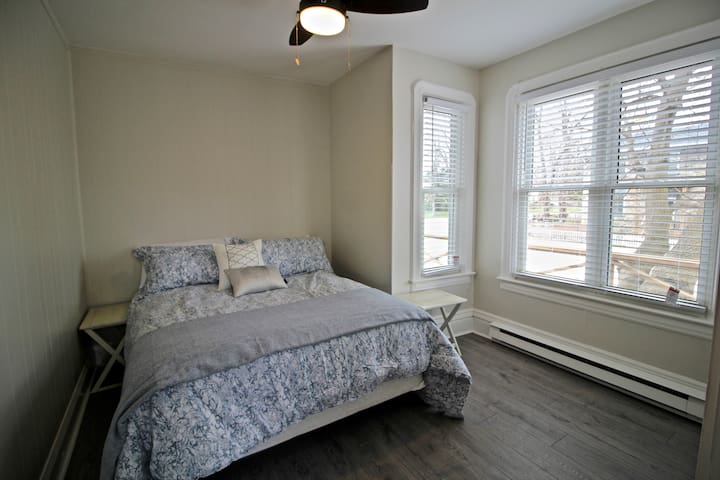 Bedroom with queen sized bed