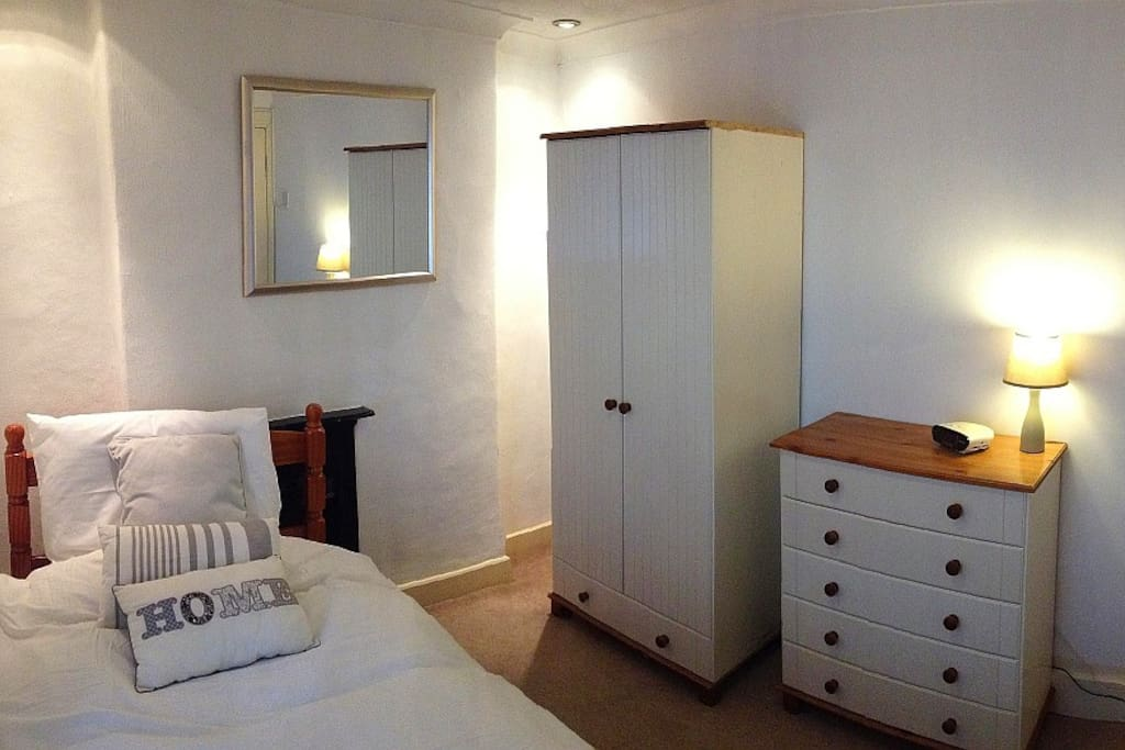 Fully-furnished single room. A double room is also available and other rooms on request (not advertised).