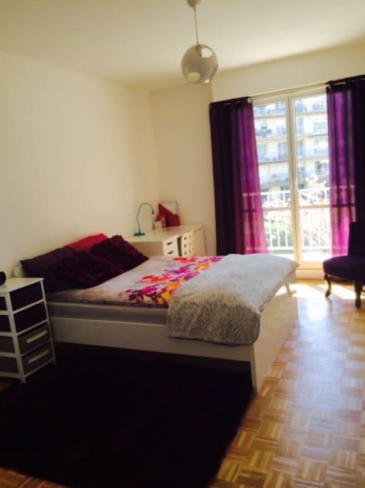 belle chambre ensoleill e avec terrasse et pdj chambres d 39 h tes louer versailles le de. Black Bedroom Furniture Sets. Home Design Ideas