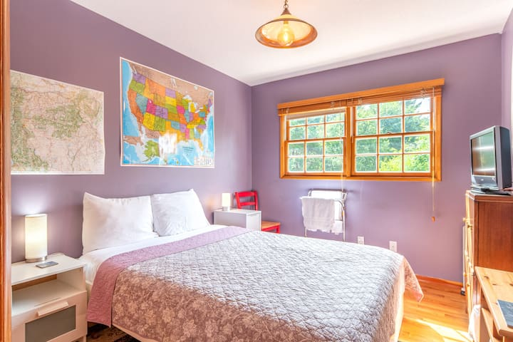 The comfortable bed will allow you to awaken sweetly to the sounds of birdsong as light filters in from the east facing windows.