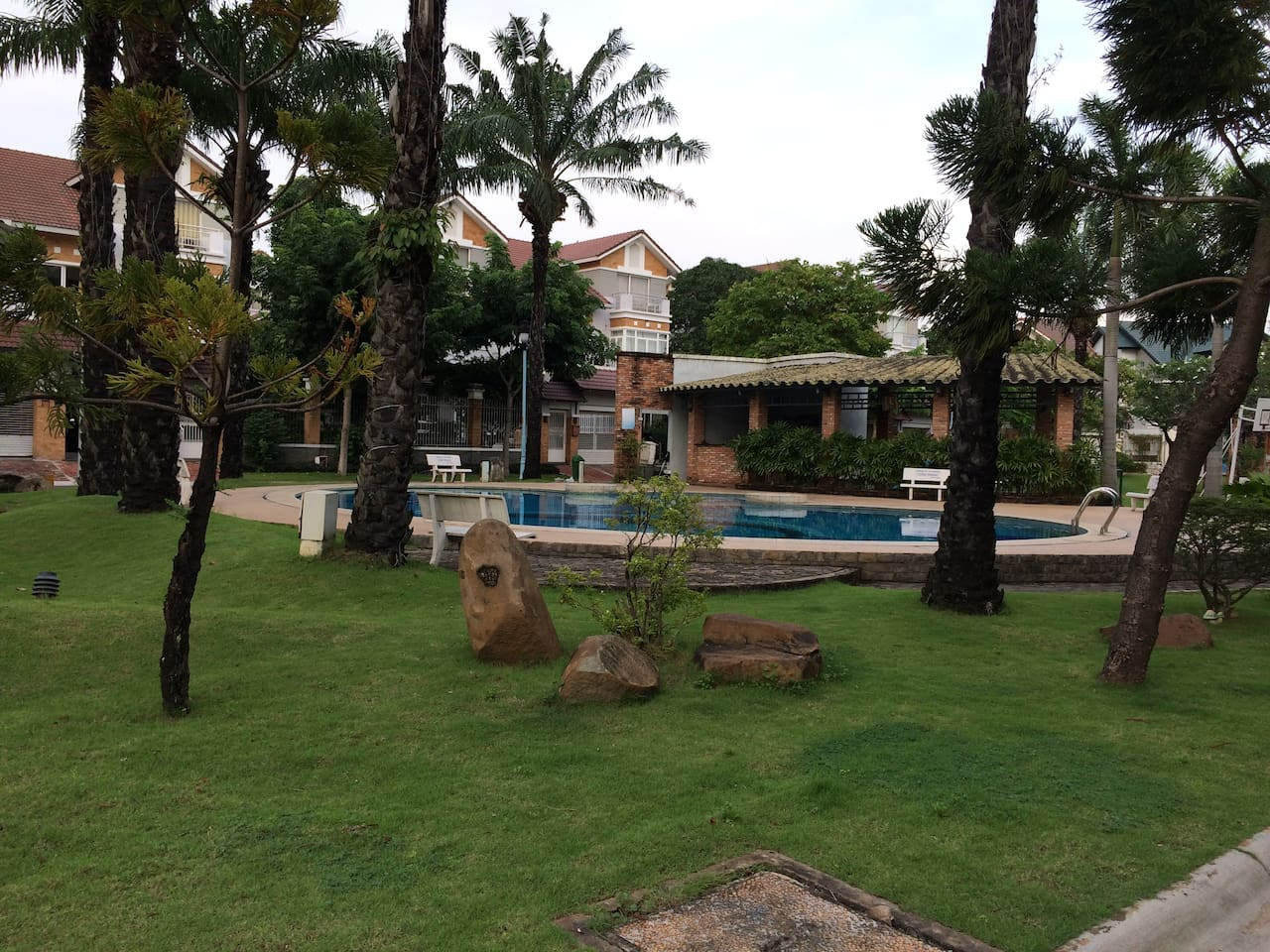 Nam Phu villas - garden and swimming pool