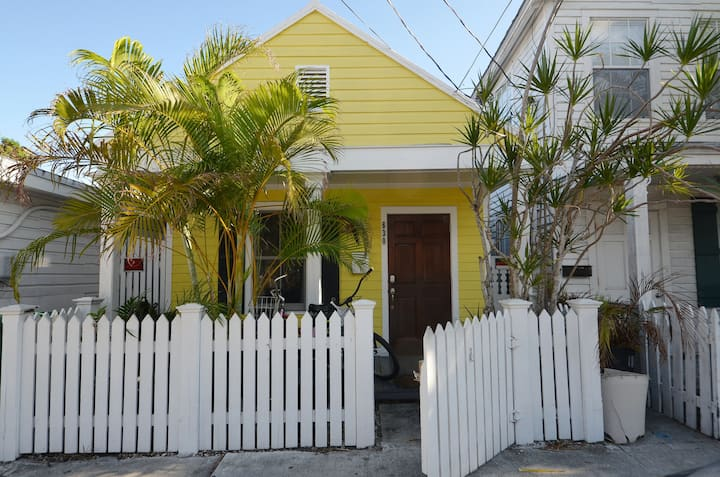 Welcoming, conveniently-located, dog-friendly home - walk to everything!