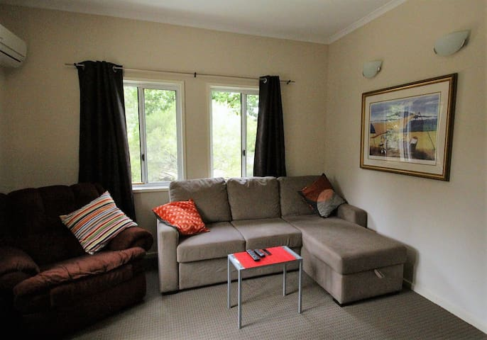 Modern and peaceful home close to city centre - O'Connor