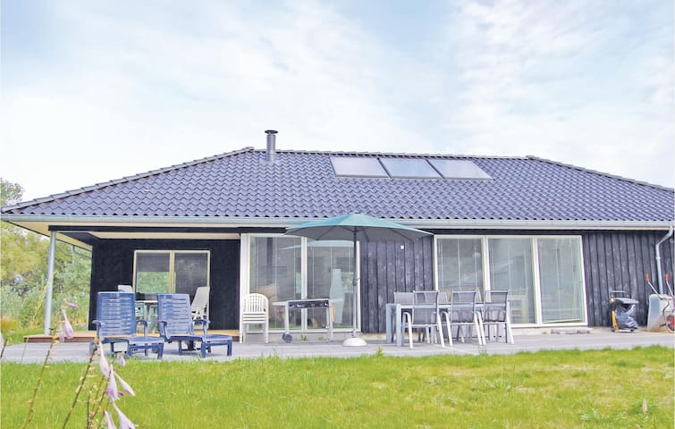 Holiday cottage with 4 bedrooms on 121 m² in Kolind