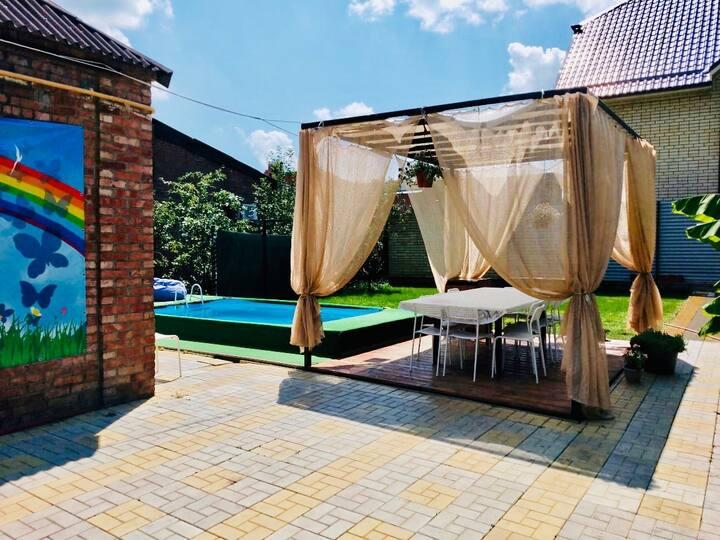 Уютный дом с тёплым бассейном в центре Краснодара