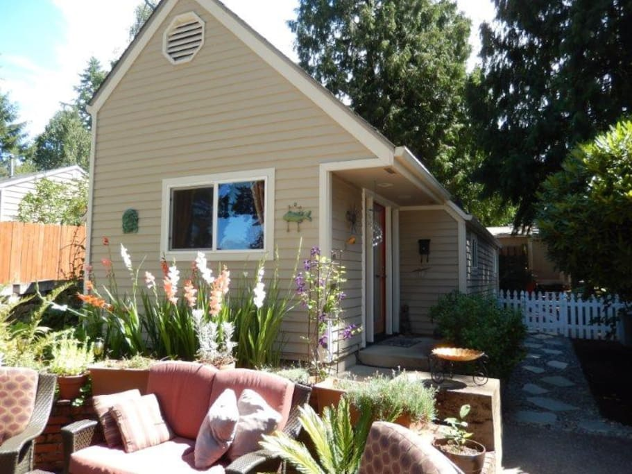 cozy remodeled guest house in perfect sw location