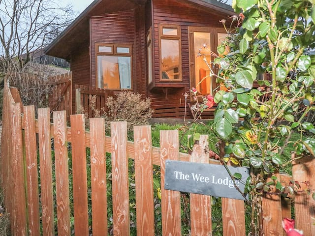 THE WEE LODGE, pet friendly, with a garden in Dollar, Ref 997046