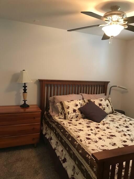 Bedroom w Queen size bed