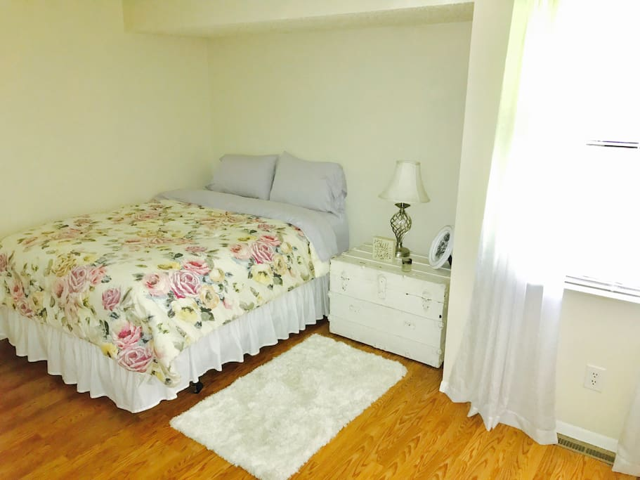 2nd bedroom with queen size bed.