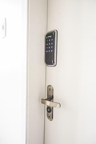 Fechadura eletrônica da porta do apartamento, para maior segurança.