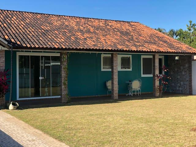 Casa ampla c/ 3 suítes, churrasqueira Fácil acesso
