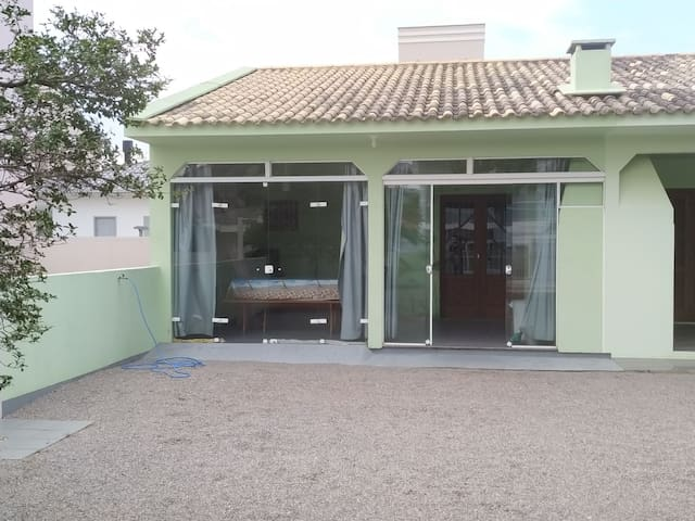 Casa - Praia da Pinheira - 100 metros da praia.
