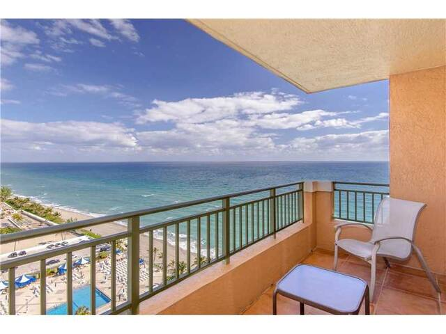 GORGEOUS OCEAN VIEWS FROM LOWER PENTHOUSE - Hallandale Beach - Condominium