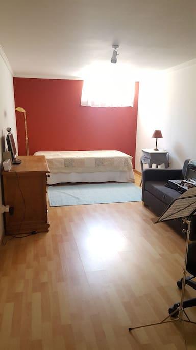 Habitación, mesa y estantería