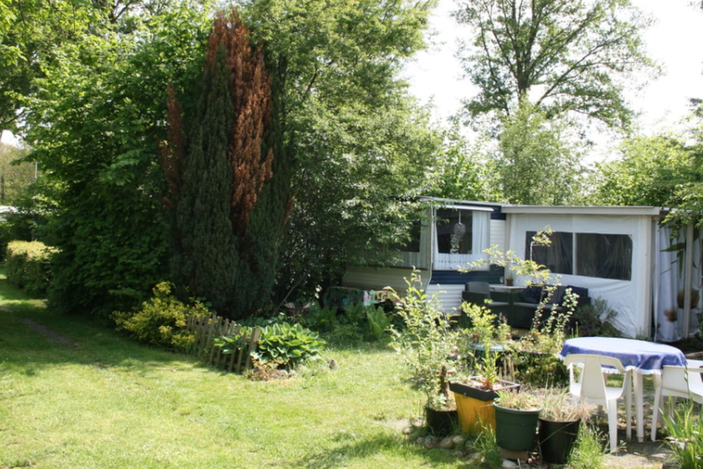 Private caravan close to train station on children-friendly campsite with swimming pool!