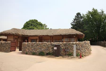 덕현네, 외암민속마을의 옛문화 체험이 가능한 독채 민박 - Songak-myeon, Asan-si - Rumah