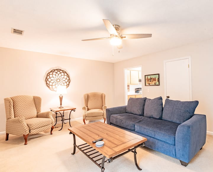 Midtown Gem! Sleeps 6 & 15 minutes to Base!