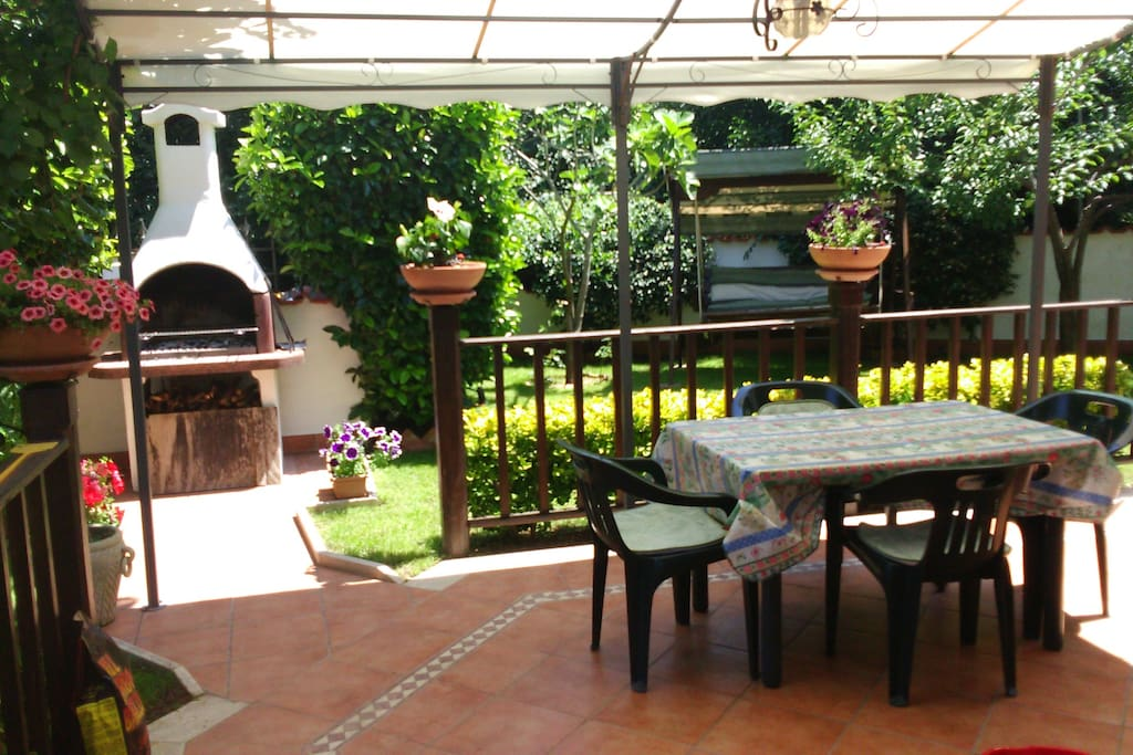 Patio con gazebo e barbeque