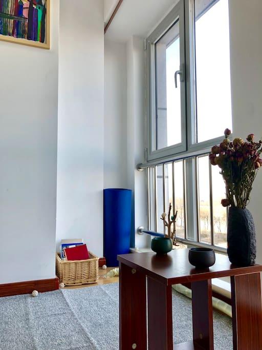 坐在房间里的地毯上,喝喝茶,聊聊天,窗外的景色也很不错,夏天吹着河风听风铃叮当。
