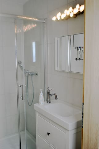 In the bathroom there is a shower. Towels are included in the offer, as well as liquid soap for hands.