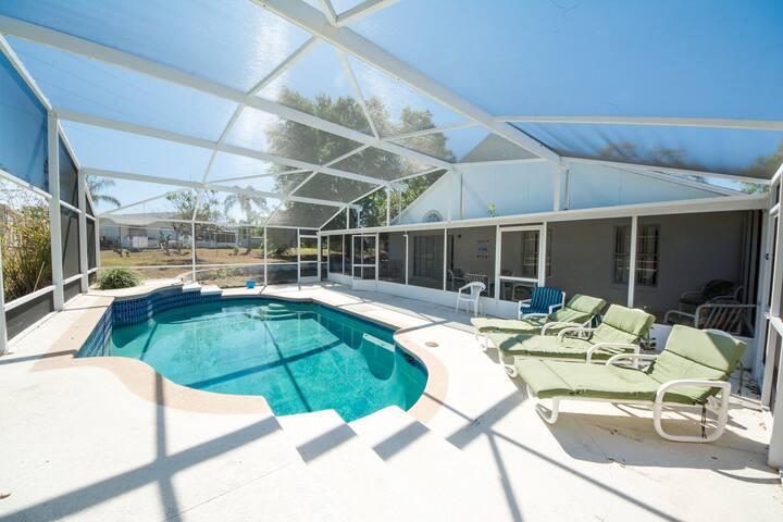 4 Bedroom Pool Home, 7 Miles From Disney