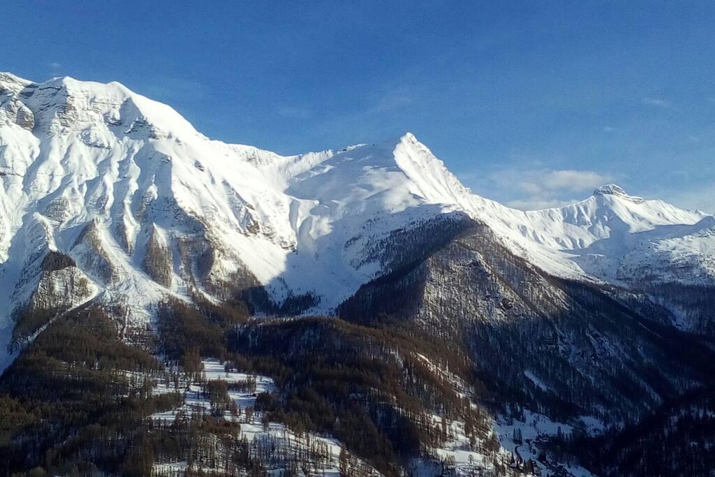 Pic de L'aiguille 2721 m et La Barle 2733 m dans le Parc National des Ecrins, vue séjour et terrasse