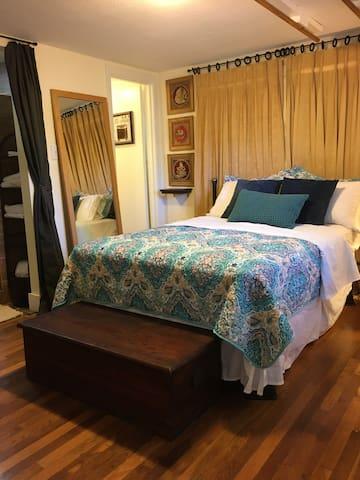 Spacious relaxing bedroom w/ en suite bathroom & shower