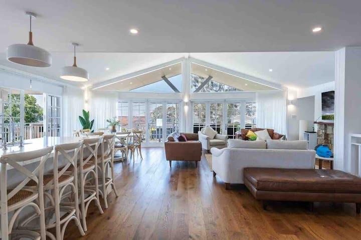 Hamptons Retreat Lake Macquarie 10 Guests