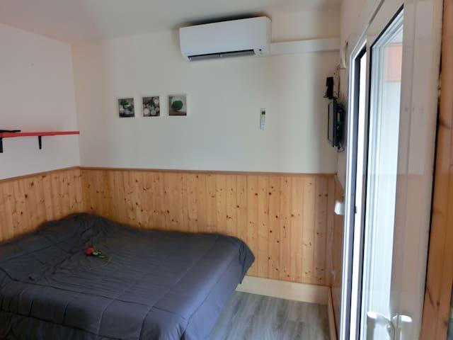 Habitación con 1 cama de 135 cm Chambre avec 1 lit de 140 cm Bedroom with a bed of 135 cm