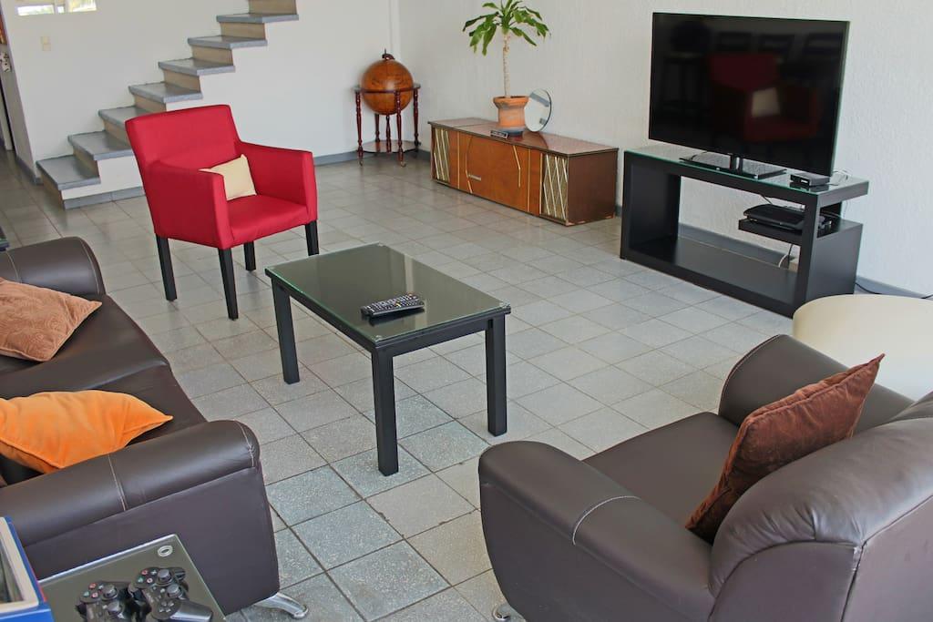 Sala con TV cable, Netflix y Playstation 3 / Living room with cable TV, Netflix and Playstation 3.