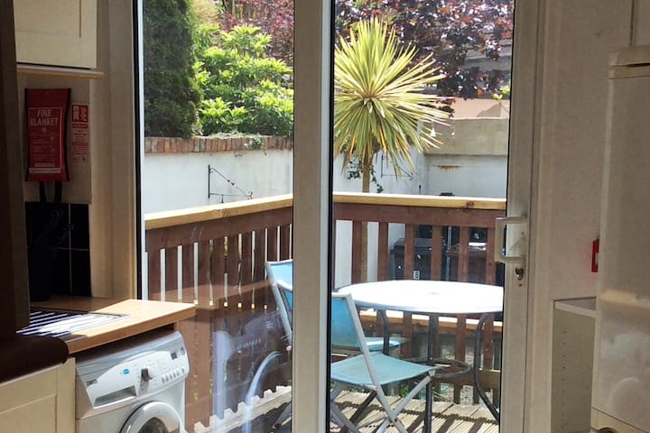 Large sunny apartment in Bangor by the sea