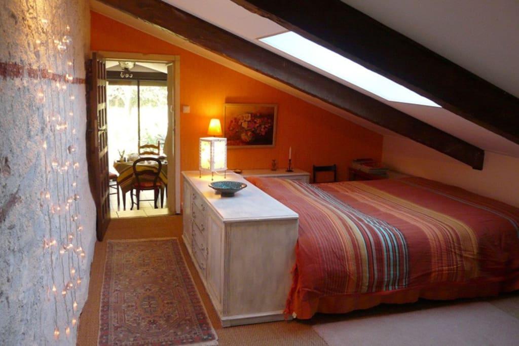 Chambre cosy avec salle de bain houses for rent in for Salle de bain translation