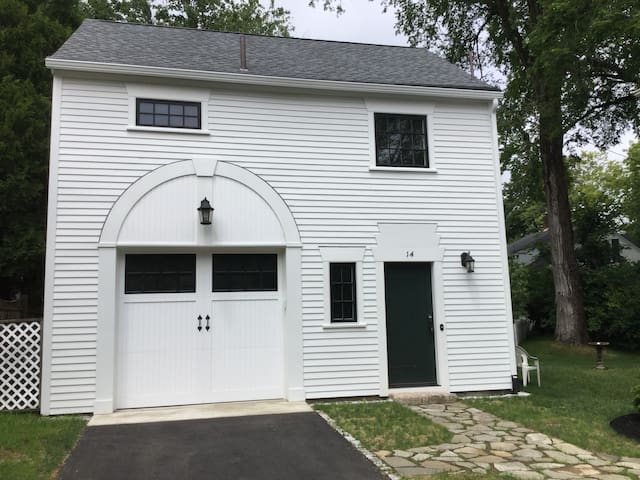 Loft carriage barn apartment off Dock Square - Kennebunkport - Apartment