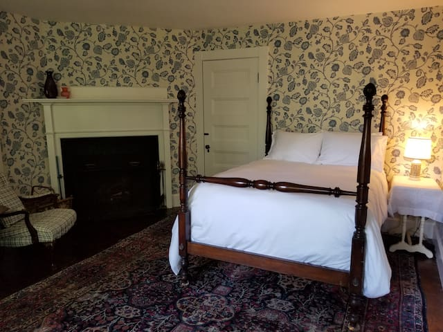 Cozy Room in 1889 Inn by Acadia