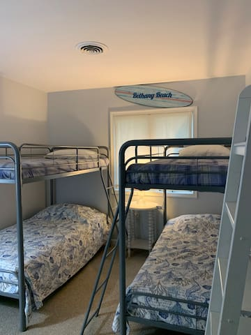 Guest room 2 with 2 sets of twin bunk beds