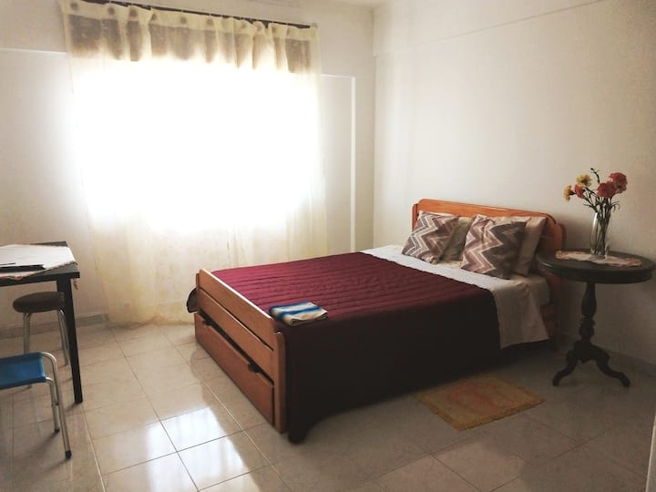 Private Room, 10 min to train station and metro.