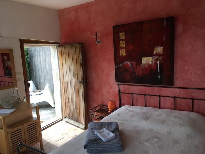 Maisonnette en tuffeau avec terrasse