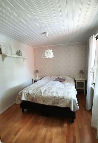 Sovrum med dubbelsäng med plats för 2 personer