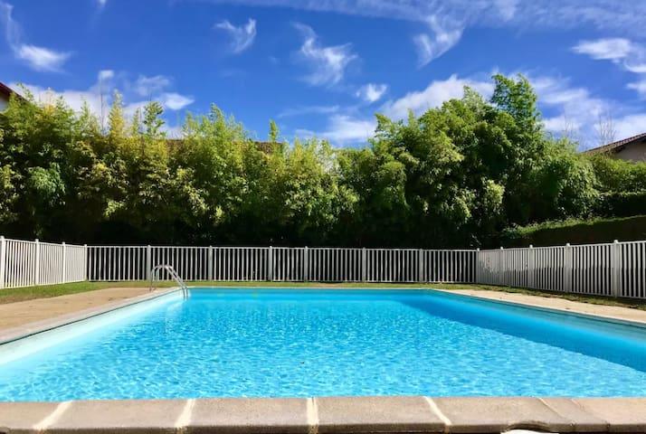 STUDIO limitrophe ANGLET avec piscine et balcon