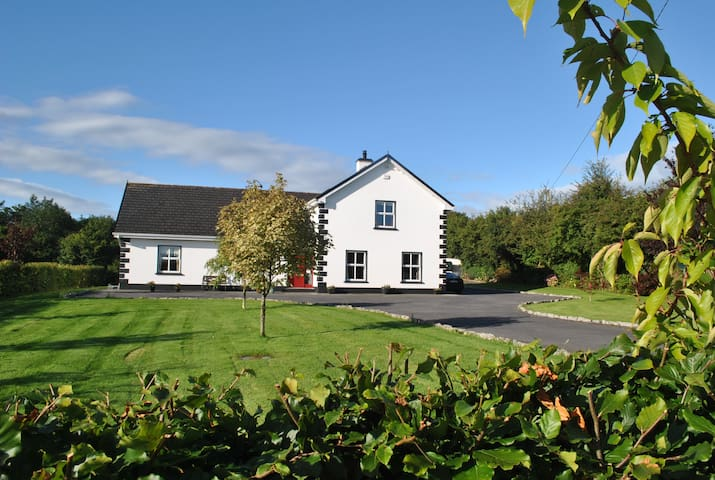 family friendly home, - Cloughmoyne - Hus